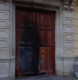 Así ha quedado la puerta principal del Ayuntamiento de L'Hospitalet tras el ataque