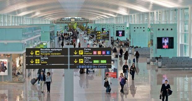 La actividad del Aeropuerto de Barcelona-El Prat vuelve a caer a la mitad en el inicio de la temporada estival