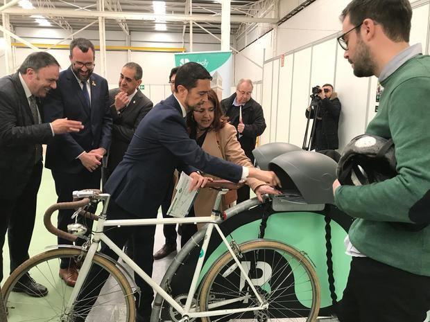 El conseller Calvet durante la inauguración de la primera feria de movilidad sostenible de Catalunya.