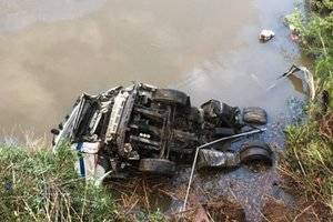 Retiren, a Collbató, el camió accidentat caigut al riu Llobregat