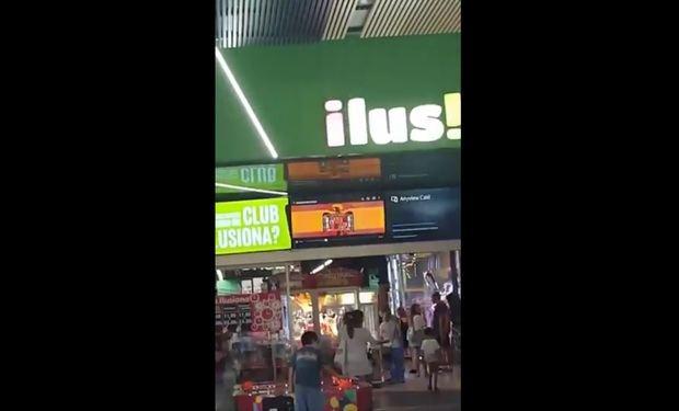 Captura de uno de los vídeos que los clientes del centro grabaron mientras sonaba el himno franquista con la bandera del régimen.