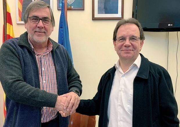 Enric Carbonell -izquierda-, alcalde del PSC en Sant Esteve, firmando el nuevo acuerdo por el que Joan Galceran -derecha- es nombrado primer teniente de alcalde