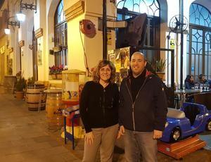 Carme Rallo -esquerra- amb el regidor d'ERC, David Sánchez, a la porta del Bar Casino de Sant Esteve Sesrovires