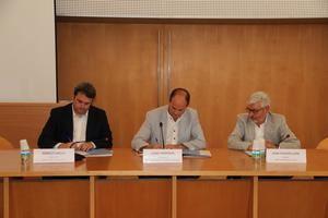 Firma del acuerdo para construir el futuro CUAP en los terrenos del Consejo Comarcal. De izquierda a derecha: Adrià Comella, director del CatSalut; Josep Perpinyà, president en funciones del Consejo Comarcal, y Joan Puigdollers, gerente Ámbito Metropolitano Sur del CatSalut.