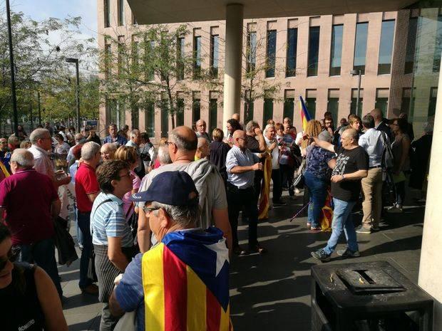 Más de un centenar de personas han acompañado a Aymerich en su citación ante la Fiscalía
