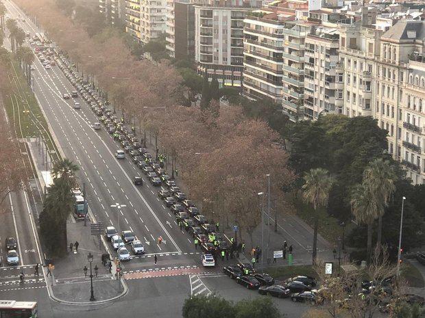 Concentración de vehículos VTC en la Diagonal de Barcelona junto a la plaza de Francesc Macià.