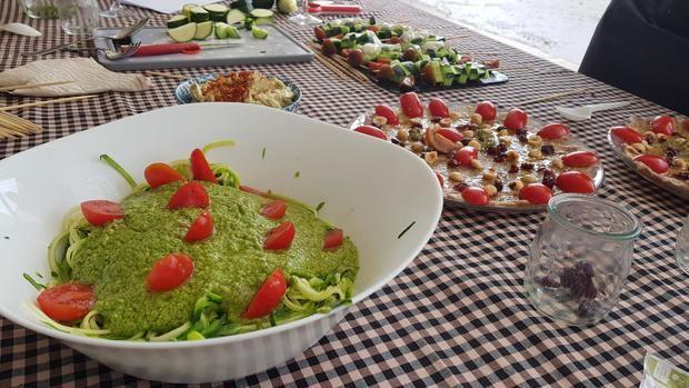 Los platos cocinados por los diferentes representantes políticos, sociales y agrícolas en la presentación de la Fira en Can Llopis.
