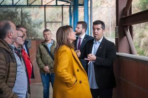 La consellera Budó -en el centro- junto al alcalde de Sant Climent -derecha-.