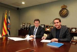 El director general corporativo del RCD Espanyol, Roger Guasch, y el gerente de Centro Comercial Splau, Jaume Tamayo, firmando el acuerdo de colaboración