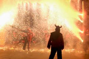 Correfoc y los diables en la Fiesta Mayor de Viladecans.