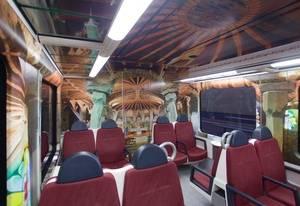 FGC porta la Cripta Gaudí de la Colònia Güell a l'interior d'un tren