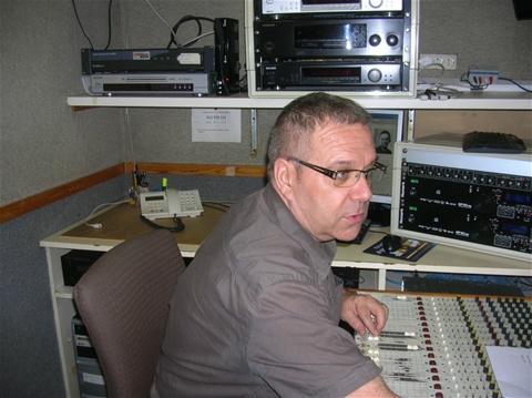 Damià Grima, a la taula de so de Ràdio Sant Boi