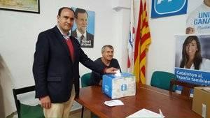 Serrano emitió su voto en la sede local del partido en Cornellà