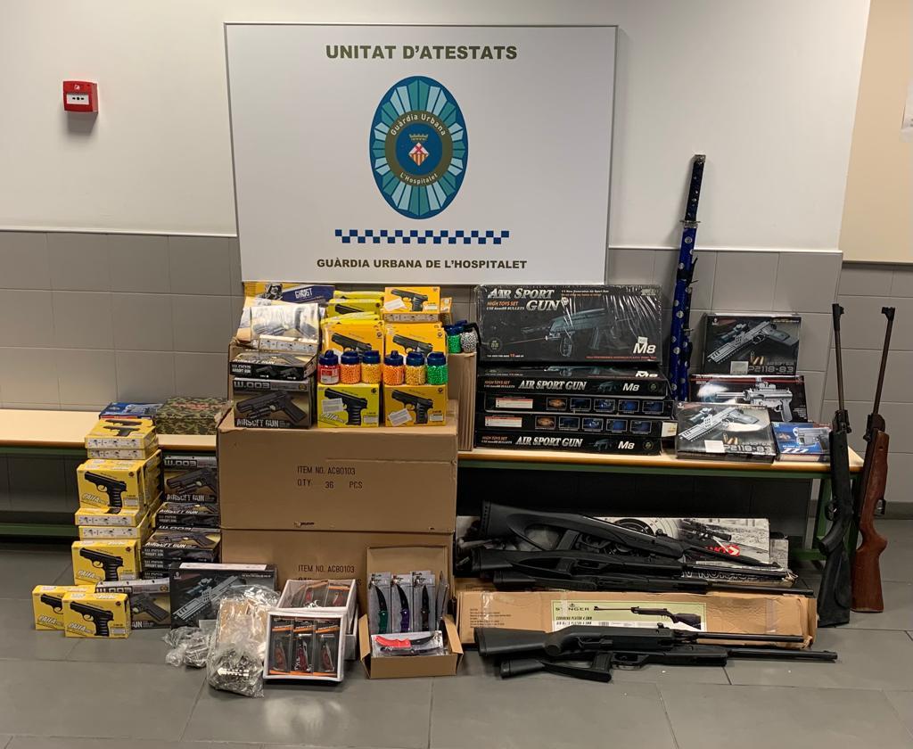 Decomisadas decenas de armas sin licencia en una caseta de feria de L'Hospitalet