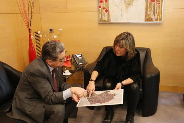 El soterrament de les vies ha estat una reivindicació històrica de L'Hospitalet, que s'ha anat repetint sovint a les diferents reunions institucionals; la última, davant el Delegat del Govern de l'Estat a Catalunya, Enric Millo.