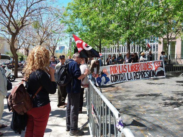 Decenas de personas se han dado cita en la Ciudad de la Justicia para apoyar al sindicalista detenido.