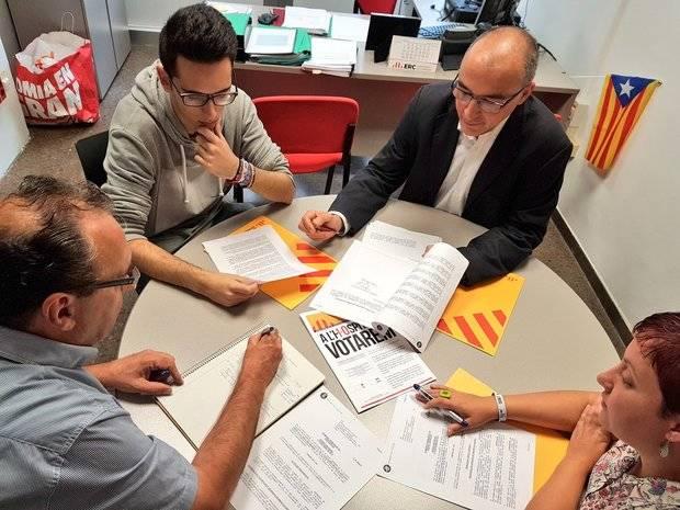 El grupo municipal de ERC de L'Hospitalet trabajó este 12 de octubre. A la izquierda de la imagen, de espaldas, Domingo Mir.