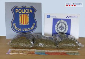 Los tres quilos de marihuana incautados por la Policía Local de El Prat y los Mossos d'Esquadra.