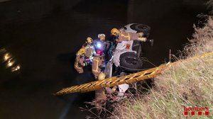Muere el conductor de un coche tras despeñarse por un canal en El Prat