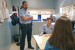 Josep y Sònia, los dos agentes pertenecientes al Grup d'Atenció a la Víctima (GAV) de la comissaria del Prat que asesoran desde hace tiempo a Marta, el nombre ficticio de una víctima de violencia machista,