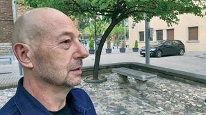 El autor, Kike Calvo, en la plaza de los Enamorados de Cornellà.
