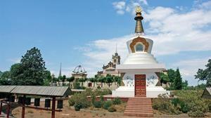 El monasterio budista del Garraf, cercano a Castelldefels, es uno de los símbolos de la eclosión de nuevas formas de vivir la espiritualidad y la religión en la comarca.
