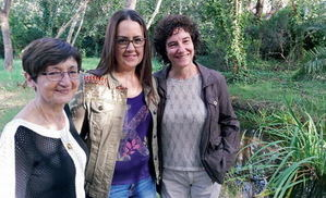 Les professores Montserrat Tomàs, Mariola Grande i Ascen Lamora, davant de la bassa i medi que reprodueix el Delta.