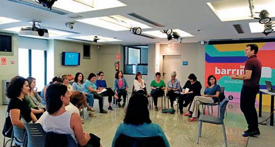 Las 30 voluntarias del Inspira Team de L'Hospitalet durante la formación que recibieron a principios de octubre para convertirse en mentoras.