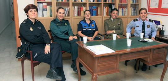 Las agentes y soldado durante la entrevista en la sede de El Llobregat.