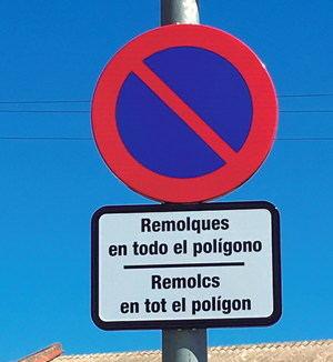 El alcalde de Cervelló se desmarca de la estrategia del PSC y rotula las señales de tráfico en castellano y catalán