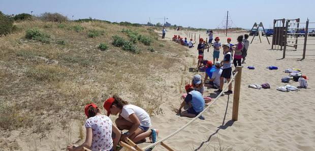 La platja de Gavà, entre un mar de serveis i la natura