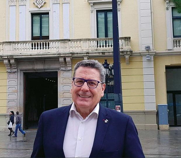 """Miguel García: """"L'Hospitalet necesita un alcalde próximo, que se pasee por la ciudad y no por los platós"""""""