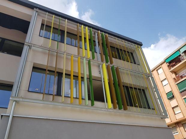 Láminas fijas de protección solar en las dos fachadas expuestas al sol en la Escola El Garrofer de Viladecans.