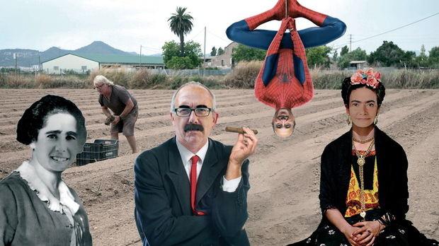 D'esquerra a dreta: L'alcaldessa de Sant Feliu, Lídia Muñoz, caracteritzada de Clara Campoamor, de qui diu que es difressaria; al centre, Jesús Vila fent de Groucho, al costat de l'alcaldessa de Sant Boi, Lluïsa Moret, que opta per Frida Kahlo. Tot plegat, observat per un pagès del Parc Agrari que s'ho mira entre encuriosit i perplex, al costat de Juan Carlos Valero, fent d'Spiderman