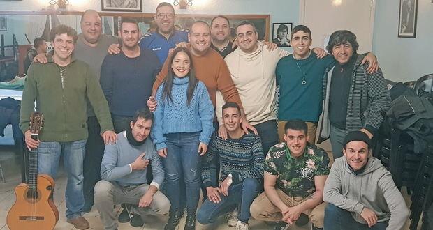Integrantes de la comparsa 'El Botas', durante un ensayo en el local de la Peña Flamenca 'Los Aficionaos' de Cornellà