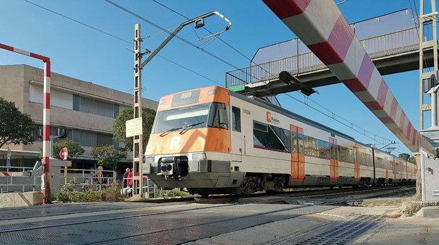 El paso a nivel, una estampa que dejará de existir en Sant Feliu en los próximos años.