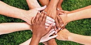 Los jóvenes de cuatro institutos de Esplugues alzan la voz en contra del racismo y la xenofobia