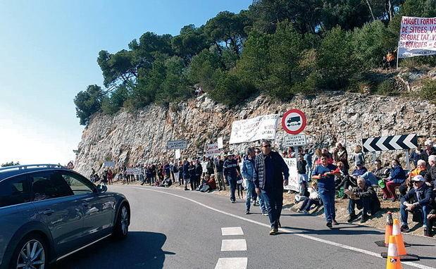 Protesta de los vecinos durante la celebración del rally de coches clásicos Barcelona-Sitges.