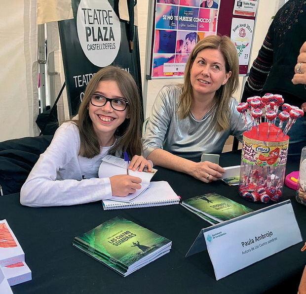 Paula junto a su madre en la firma de libros del día de Sant Jordi en Castelldefels.