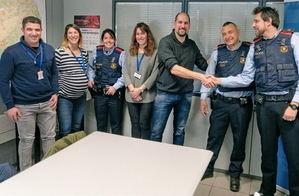 La familia de Carles (tercero por la derecha), se reencuentra con la patrulla de Mossos que les atendieron. A la izquierda, David y Nèlida, los guardias urbanos que le practicaron las primeras maniobras de RCP.