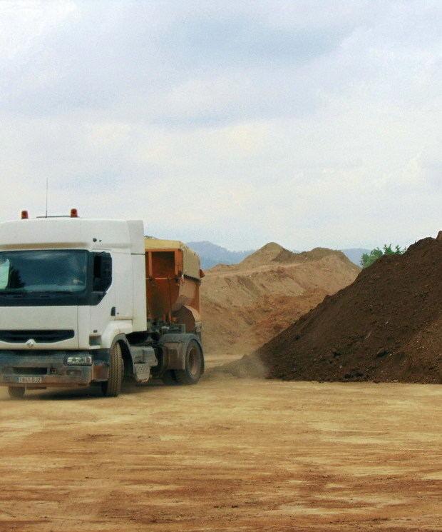 """Els pagesos denuncien moviments de terres """"irregulars"""" al Parc Agrari"""