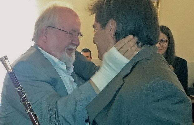 Esteve (izquierda) felicitando al alcalde de Martorell, Xavier Fonollosa, cuando lo substituyó en la alcaldía en 2015   BCN Content Factory