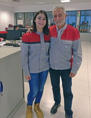 Marta López (izquierda), tiene 21 años y hace poco que ha entrado a trabajar en Seat. José Manuel González, a la derecha, tiene 60 y lleva desde 1976 en nómina.