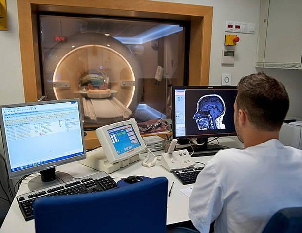 Bellvitge realiza la primera resonancia magnética en España a un paciente con TOC tratado con electrodos cerebrales
