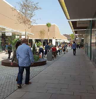 El comercio local inicia la campaña de Navidad con el optimismo de mejorar el año