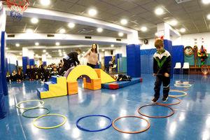 Niños haciedo ejercicio en la Escola Utmar.