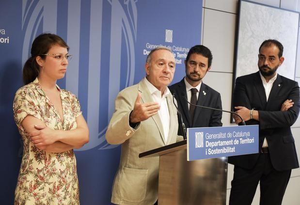 Durante la cumbre anticontaminación. Antonio Poveda en el centro hablando junto al conseller de Territori -a  su derecha-, Damià Calvet