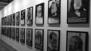 Exposición con los rostros pixelados de los líderes independentistas encarcelados, como Oriol Junqueras.