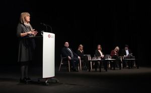Marín durant el discurs, acompanyada pels seus vicepresidents.