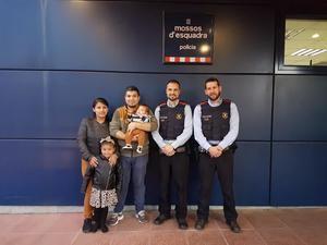 La familia del bebé junto a los dos agentes de los mossos que con su rápida intervención ayudaron a salvarle la vida.